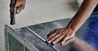 板ものによく使われるカシメ加工とは。種類や特徴を解説。